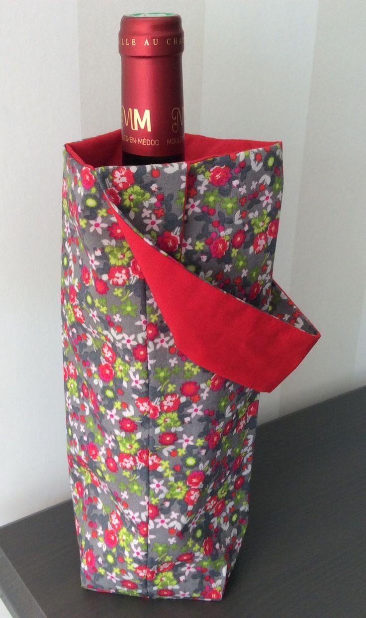 Sac à bouteilles réversible en tissu gris à fleurs vertes et rouges et rouge uni : Cuisine et service de table par fleur-de-laine