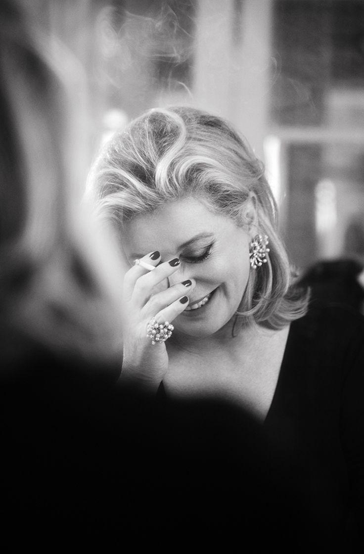 Il ne va pas de soi qu'une photographe soit plus belle que les modèles qu'elle photographie.J'ai entendu une très célèbre actrice dire à Dominique Issermann : » C'est moi qui devrais te photographier, c'est toi qui devrait être la star ».