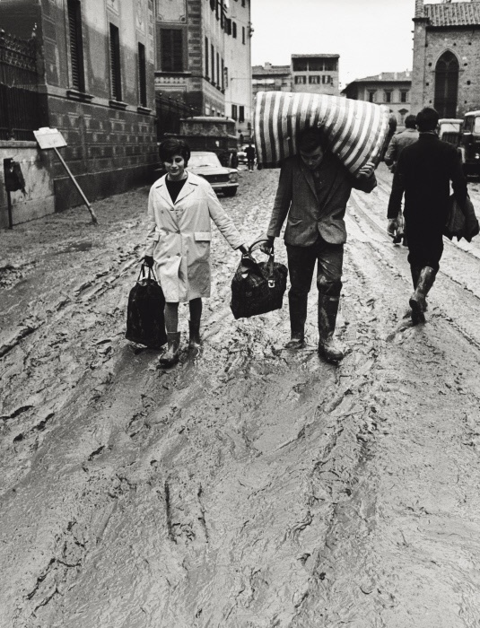 Some Italian people putting their objects to safety after the flood. Florence, November 1966 MONDADORI PORTFOLIO/Giorgio Lotti