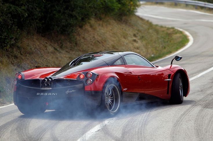 Huayra is the wind god from an ancient legend, Pagani uses this name for his current sports basement. The V12 with six liters of displacement from the house of AMG in the rear of the Pagani Huayra with 700 PS powerful blows forward and accelerates the 1350 kg heavy car up to 370 km / h Compared to its predecessor, wheelbase and chassis length are grown. Particularly impressive are the four centrally in the rear -mounted exhaust pipes, arranged in a circle.