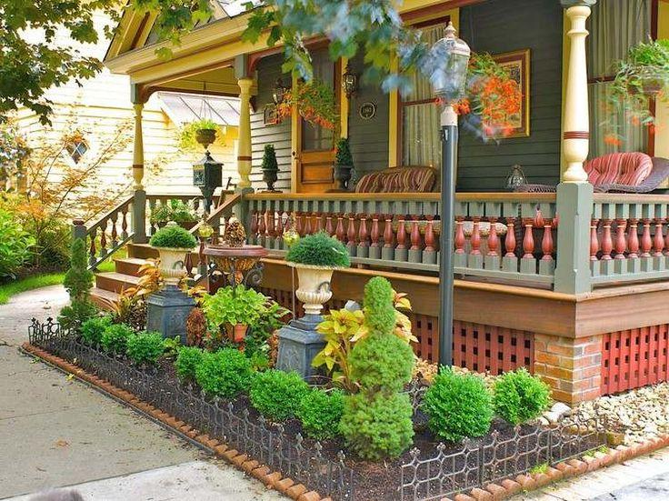 petit jardin devant la maison aménagé avec des mini-buis en boule et plantes vertes en pots
