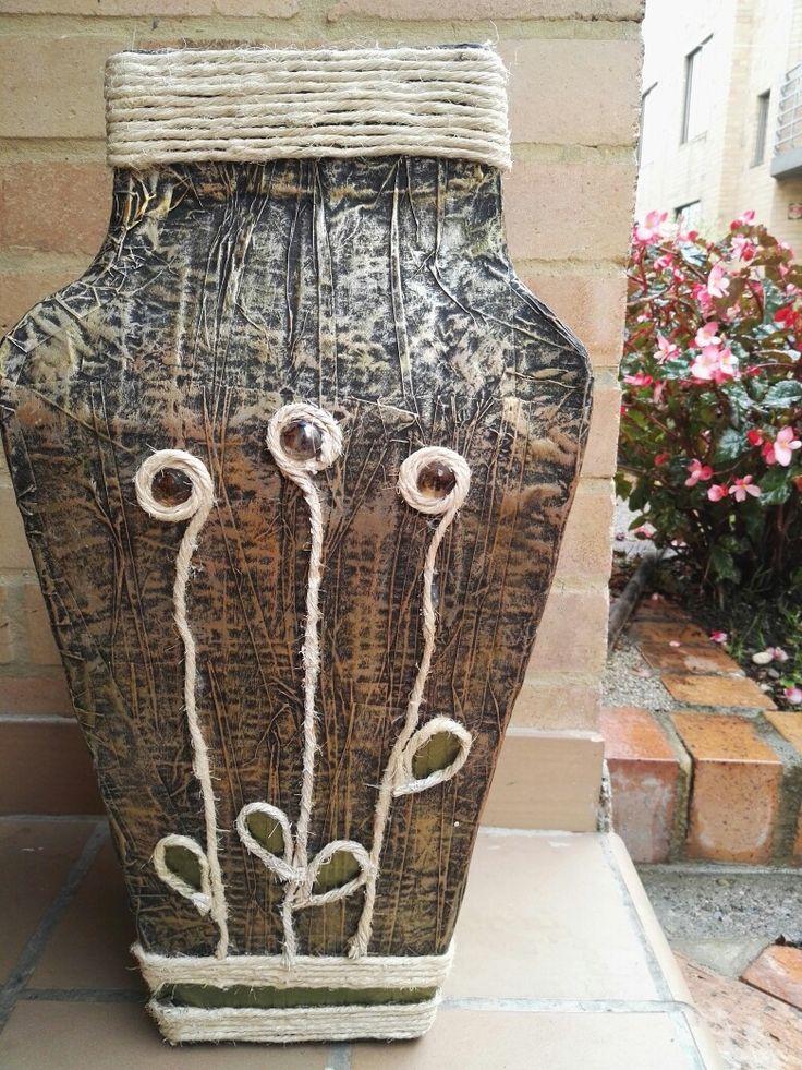 Jarrón, elaborado con cartón y periódico, imitación metal y decorado con cabuya!!! Por Yanith Del Rio