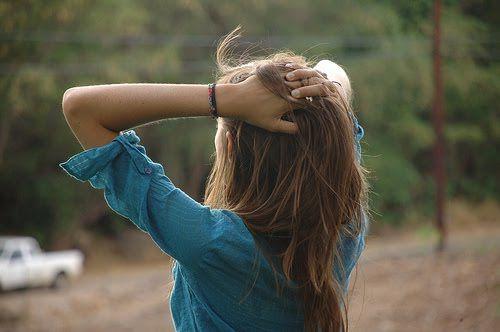 Love Peace and Write: Nem Tudo É Perfeito - Vizinho Perfeito, Vizinho Perfeito Foi acordada com a musica de Lords, One Chance, eu abri os olhos admirada, mas rapidamente percebi que tinha sido William para me acordar. Eu sentei-me e passei a mão pela testa que estava inchada gemi quando ao sentir uma pequena dor e espreguicei-me, agarrei o comando e abri  as cortinas que tinha fechado no dia anterior e olhei para a janela.