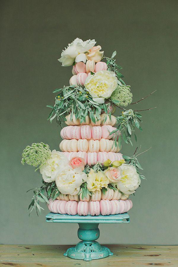 A WOW macaron #wedding cake with flowers! What d'you think @Andrea / FICTILIS Snoddon de Sucre?