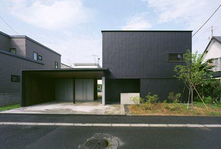 堀尾浩 / 堀尾浩建築設計事務所が設計した住宅「光音の家」です。               以下、建築家によるテキストです。 ********** 光音(ひかりね)の家 自然を感じる暮らし 「光音の家」は、二層分の大きな縦長の窓から入ってくる光が、湾曲した壁に導かれるように奥へ奥へと入り込み、この家全体をやわらかな光で満たすことに成功している。 この光は早朝から少しずつ建物内部へと導かれ、夕刻までには徐々に深く強い光へと変化していく。ただこの光は室内を直接照らすのではなく壁で受止め反射させることで、時間経過に伴う光の変化に大きく左右されることなく、常に安定した間接光となって室内全体を包むように意識し設計されている。しかしながら、この安定した光の空間で実際に生活をしてゆくと、導かれる光は日々の天候や雲の流れによって微細に変化していることに意識が向き、室内に導かれる光の量や、時間によって季節の移ろいが身近に感じられるようになる。 暮らしの場は、KitchenからDining、そしてLivingを抜けてDesk…
