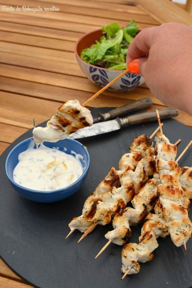 Ponto de Rebuçado Receitas: Espetadas de frango com molho de iogurte e alho fr...