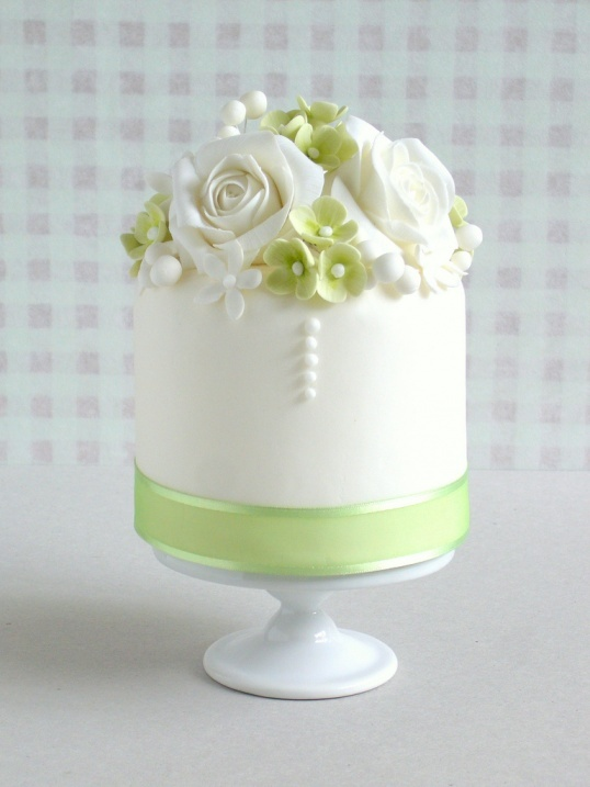 Small Green and White Cake  madewithlovebyme.wordpress.com