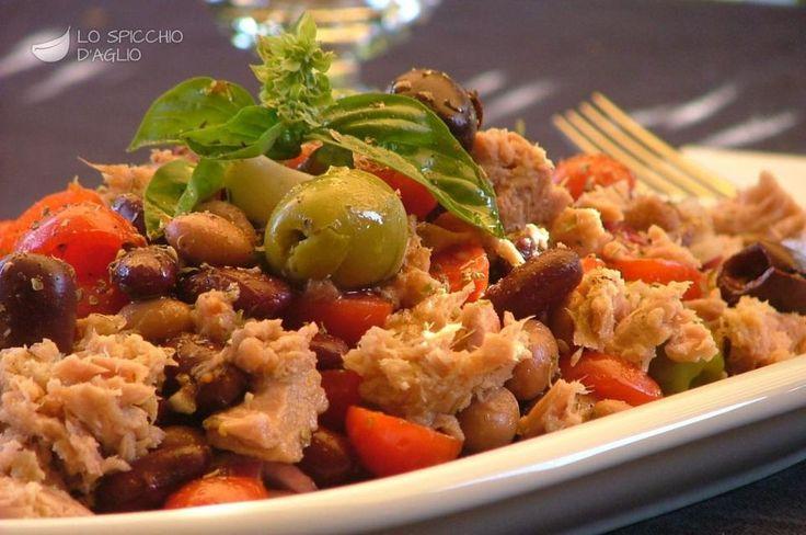 L'insalata di tonno estiva è un'insalata fredda a base di tonno, fagioli, pomodorini, cipolla e olive, insaporita con filetti di alice, aglio, basilico e origano. E' molto ricca e adatta ad essere un ottimo piatto unico, da gustare assieme a una o due fettine di pane, anche fuori casa.