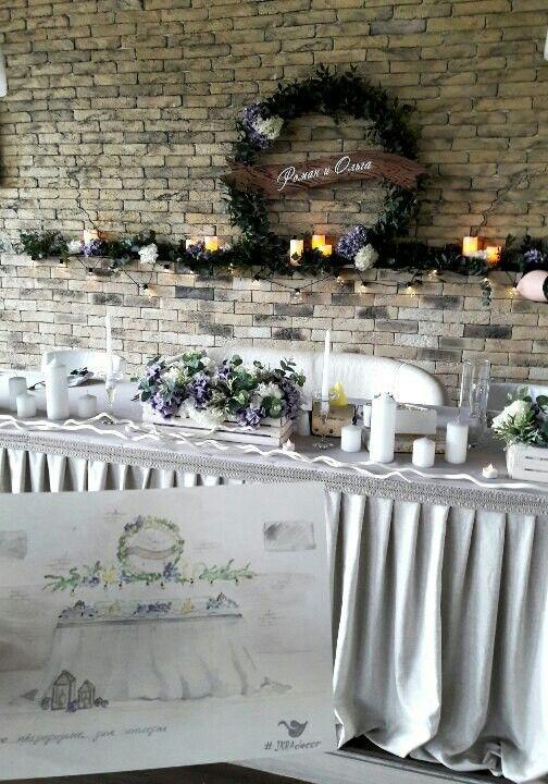 Wedding decor  Свадебный эскиз декора зала  Свадебный декор президиума Венок выполнен из живой зелени с добавлением искусственной гортензии, ретрогирлянды loft, электронных свечей  #IKRAdecor