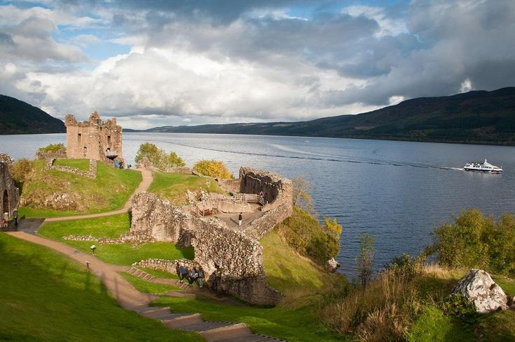 One of the most popular 1day trips from Glascow is this Highland tour to Loch Ness and Glencoe, as it takes us through the most dramatic and imposing highland scenery. Our tour will take us to the beautiful Glencoe with the options for a Cruise *Loch Ness by Jacobite* and visit to Urquhart Castle. Travel with Tourboks.