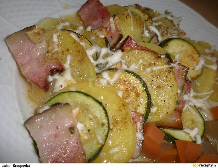 Oloupané brambory a cuketu nakrájíme na kolečka (necelý 1 cm).  Česnek oloupeme a nakrájíme na drobné kousíčky, balkánský sýr nastrouháme...
