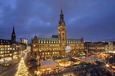 My Hometown... Christmas-bazaar... Forgot how many we have throughout the city.. @Nancy Elliott   Historischer Weihnachtsmarkt auf dem Rathausmarkt - Foto: Panzau