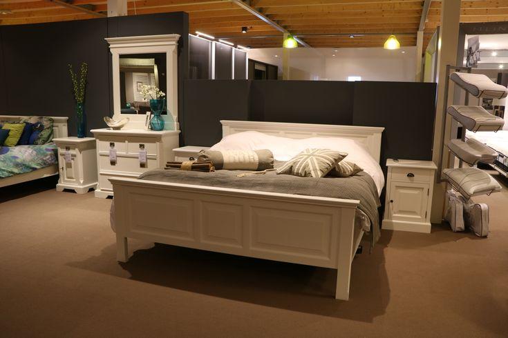 Slaapkamer Brooklyn is een landelijk uitgevoerde slaapkamer. De kwaliteit spreekt uit de goede afwerking, de vele kleurmogelijkheden en het gebruik van hoogwaardig en milieuvriendelijke materialen. U kunt uw slaapkamer helemaal naar eigen smaak samenstellen met bijpassende bijmeubelen.