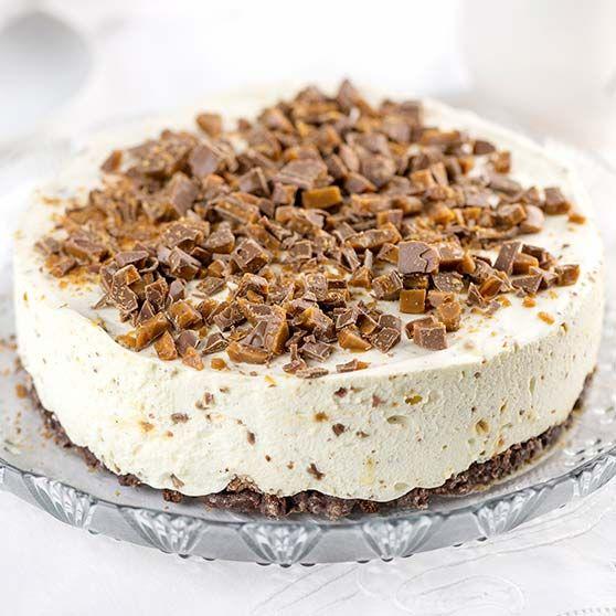 Daimin ystävät ihastuvat tästä täytekeksipohjaisesta juustokakusta, jonka täytteessä ja pinnalla on käytetty Daim-suklaapatukoita.
