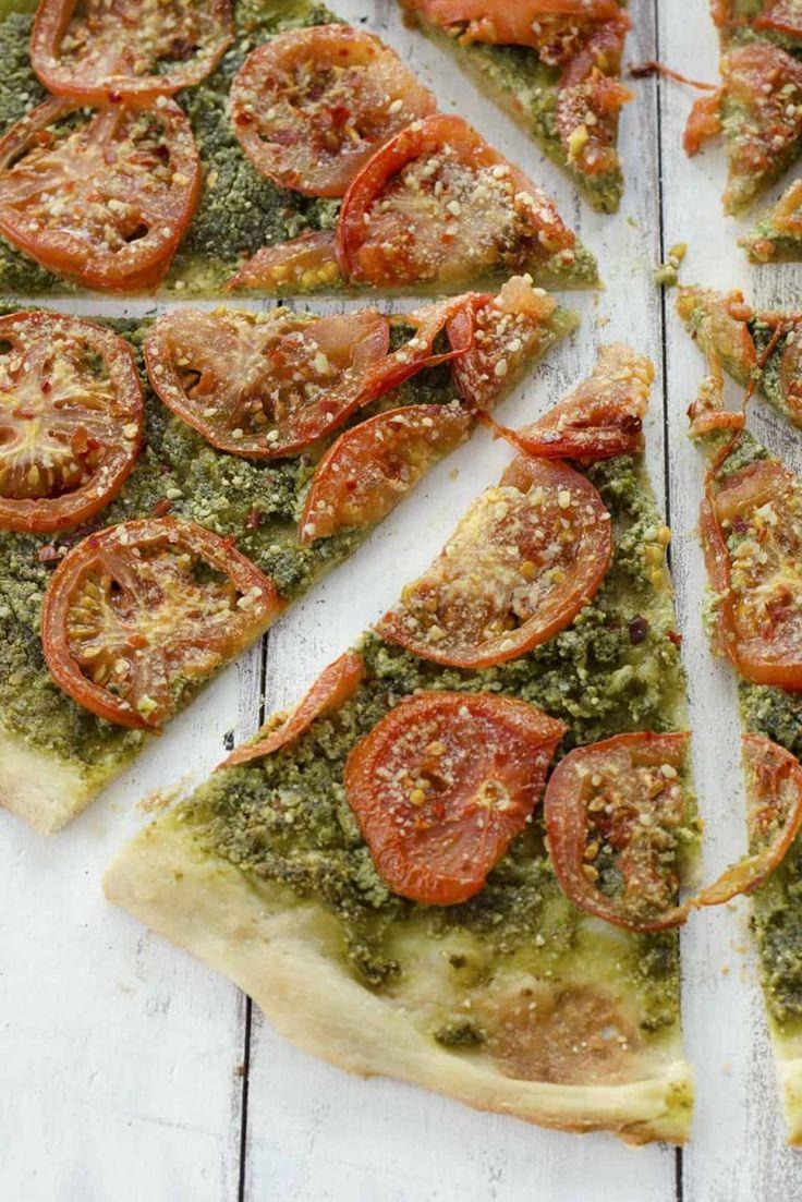 Pizza mit veganem Pesto und gerösteten Tomaten