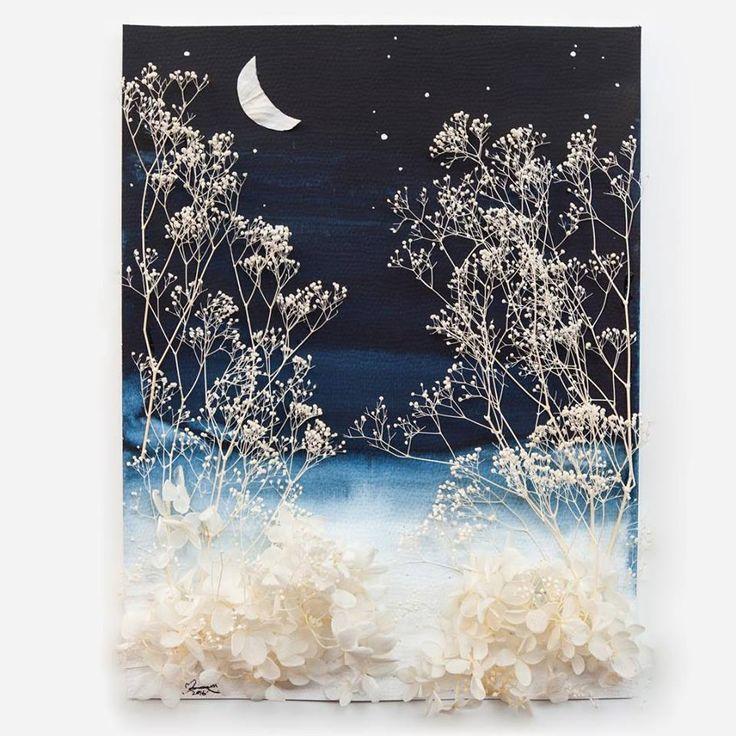 Lim Zhi Wei (Malasia) - Luna creciente, 2016. Ilustración y hortensias blancas. Limzy es una artista visual que trabaja con flores principalmente pero también casi con cualquier material que se le ponga a tiro, su página de instagram es donde más trabajos suyos se pueden apreciar y vale la pena seguirla.  https://www.instagram.com/lovelimzy/