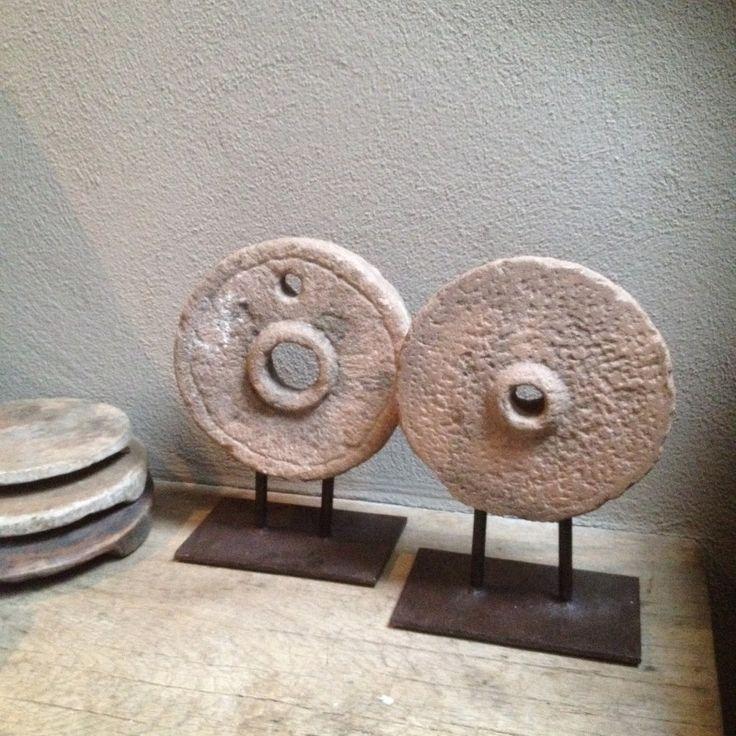 Oud stenen grinder ornament op statief landelijk stoer