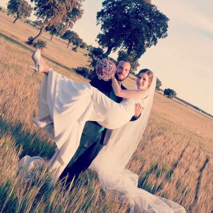 Que os parece la foto que nos envía Irene & Rober? A nosotros nos parece que no pueden estar más guapos 😍😍😍 #ramo #ramos2017 #ramodenovia #justmarried #bride #wedding #noviasideales #novias2017 #novia #boda #bodas2017 #bodas #bodasmadrid #iglesiasfloristeria #bodasiglesiasfloristeria @iirene_vs