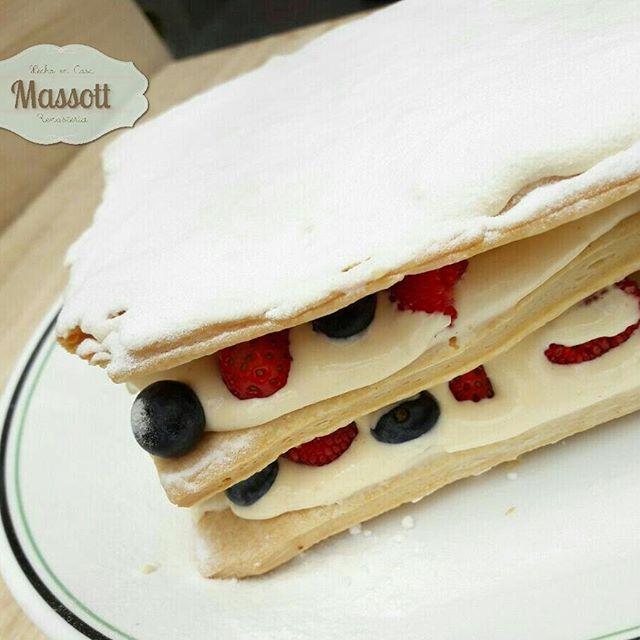 Que más rico que una milhoja de frutos del bosque!  #tortaschia #reposteriacreativa #bogotacakes #bogotareposteria #cakes #postres