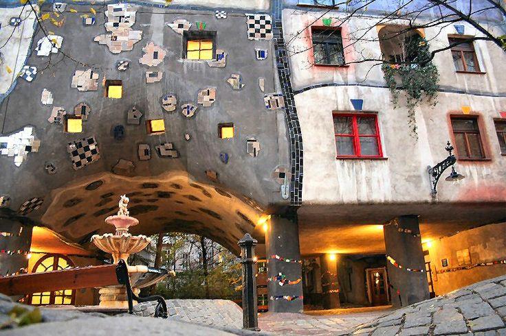 Área da fonte da construção Hundertwasser House - Conjunto Habitacional - Viena  © obvious: http://obviousmag.org/alcova_moderna/2015/05/hundertwasserhouse---conjunto-habitacional-com.html#ixzz3dPTtCa5Q  Follow us: @obvious on Twitter | obviousmagazine on Facebook