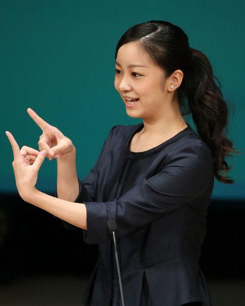 Princess Kako 9/22/15 7月29日に茨城県で開催された全国高等学校総合文化祭を観覧した佳子さまに、あちらこちらで歓声が上がった。テレビのニュース番組が、その模様を紹介すると、ネットの佳子さまウオッチャーたちが素早く反応した。彼らは、佳子さまの新しい映像がテレビで流れるのを、数日前から心待ちにしていたのだ。 秋篠宮佳子内親王親衛隊という掲示板では、こんな書き込みが相次いだ。 <佳子さまポニテ、美人だった> <かわいすぎいいい> <どっかの研究所で、あざらしのぬいぐるみをむぎゅっとされていた> 公務で訪問した佳子さまは、黒いジャケットを羽織っているものの、中はグリーンを基調としたフレアワンピースと女子大生らしい可愛らしい装い。親衛隊がハートを射ぬかれたアップのまとめ髪にも、さりげなく流行(はや)りの編み込みを施している。