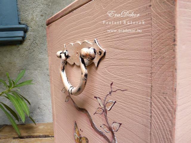 Antikolt festett pasztell tároló láda a provence-i stílus jegyében. Fotó azonosító: PROVPASMAD14