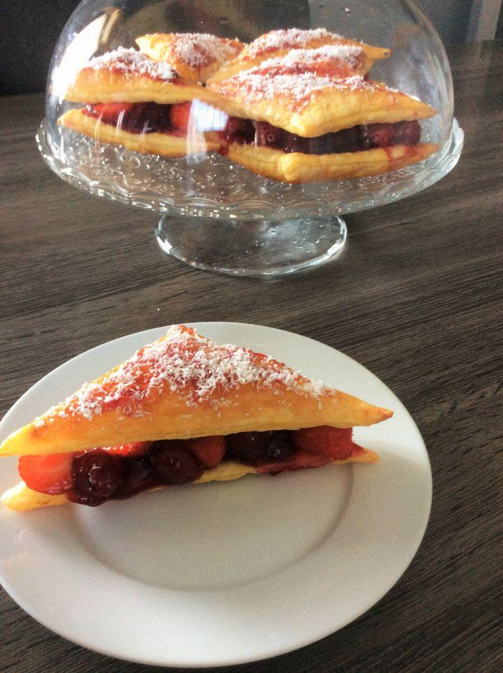 Dat ziet er lekker uit zeg, deze bladerdeeghapjes met kersen en aardbeien!