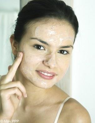 Recette n°3 : masque visage astringent  Avec la fatigue et le stress, notre peau manque souvent d'éclat. La solution ? Un mélange sorti tout droit de notre cabas !    Les ingrédients qu'il me faut :  - 1 œuf  - un citron    La préparation :  Battez un blanc d'œuf frais et ajoutez-y un zest de citron.    Le temps de pose :  20 minutes.    Le rinçage :  Enlever le masque à l'eau claire et fraîche pour obtenir un effet lifting.