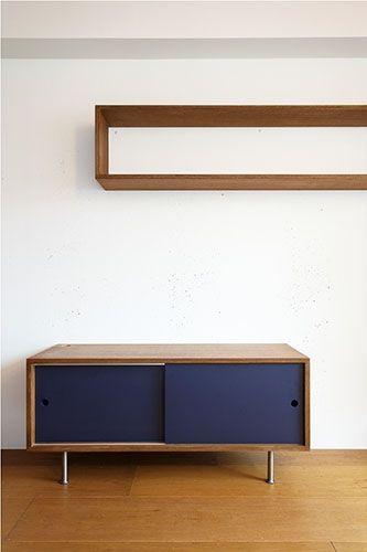 <p>ボックス型のオープンラックは、趣味のものを飾りたくなる。下の収納の引き戸は裏がイエローで気分で模様替えできる仕様。</p>