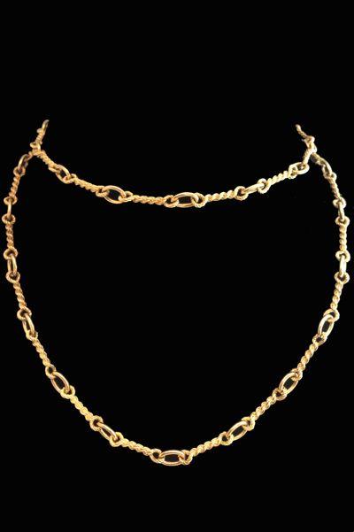 Un collier sautoir en or jaune 750/000 signé de la maison Van Cleef and Arpels formé de torsades reliées les unes aux autres par des maillons ovales.  Longueur: 80 cm.  Poids brut 52,1 grammes.