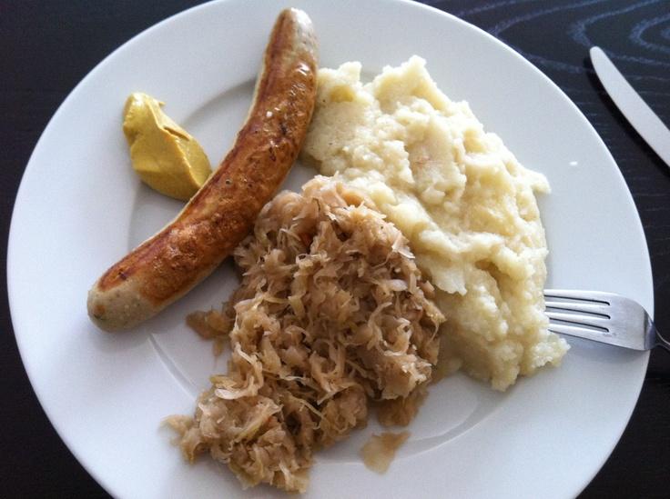 Bratwurst mit Bio Sauerkraut und Sellerie-Blumenkohl-Pürre - for Slow Carb Diet Ort 10WBC!