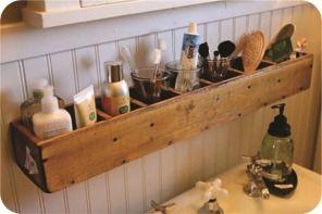 Bacana essa prateleira para guardar cosméticos no banheiro. Mais bacana ainda porque ela é, na verdade, uma customização das mais simples que eu já. A prateleira em questão nada mais é do que um rack daqueles para armazenar cds. Presa de lado na parede, virou um mini móvel com nichos, perfeito para organizar shampoos, cremes, perfumes, escovas e pincéis de maquiagem.
