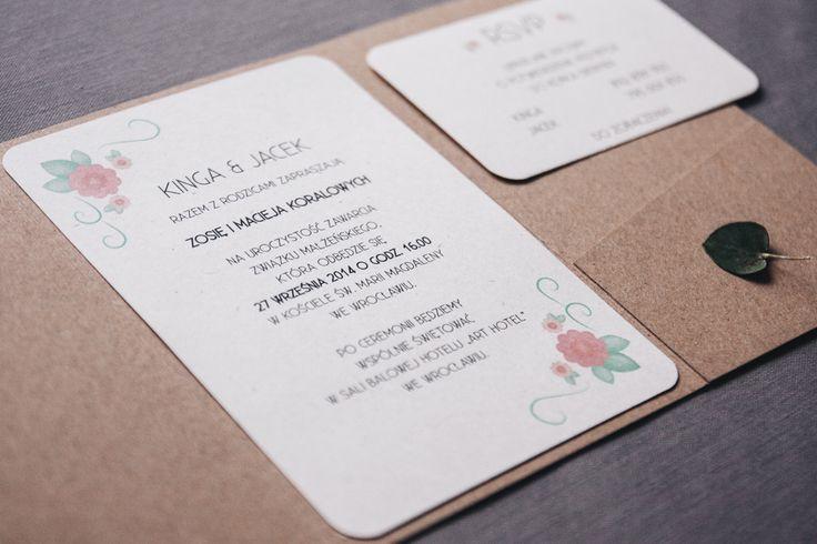 Zaproszenie w formie jednostronicowej kartki umieszczonej w folderze z brązowego papieru ekologicznego. Cena zaproszenia: 10,50 zł W cenie projektu: - zaproszenie jednostronicowe w folderze z papie...