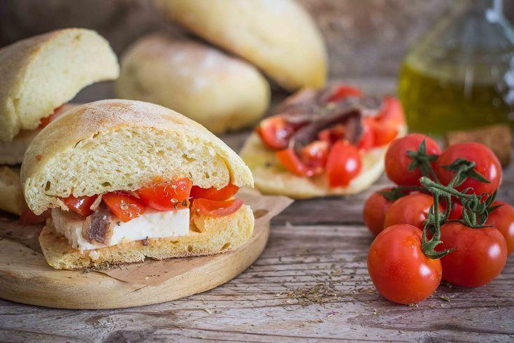 Il pane cunzato, pane condito in siciliano è una ricetta isolana che prevede che pane casereccio sia riccamente farcito: ecco come farlo in casa.