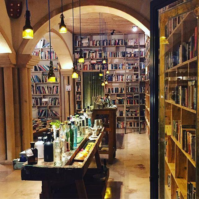 Centenas de livros e 30 tipos de gin !!! #gin #gintonic #obidos #theliterarymanhotel