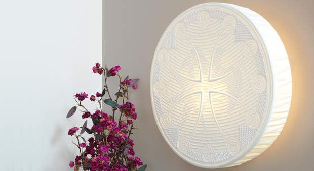 """Luminaires : une applique au boutis, Magnifiquement révélé par la lumière, ce boutis monté en luminaire habille un mur avec élégance tout en apportant un charme fou dans la maison. En transparence, on y découvre un motif de palombe sur une croix occitane. Suivez nos explications pour reproduire chez vous cette applique au boutis, nommée """"L'Occitan à la Palombe""""."""