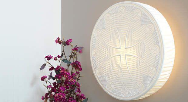 """Luminaires : une applique au boutis, Magnifiquement révélé par la lumière, ce boutis monté en luminairehabille un mur avec élégance tout enapportant un charme fou dans la maison. En transparence, on y découvre un motif de palombe sur une croix occitane. Suivez nos explications pour reproduire chez vous cette applique au boutis, nommée """"L'Occitan à la Palombe""""."""