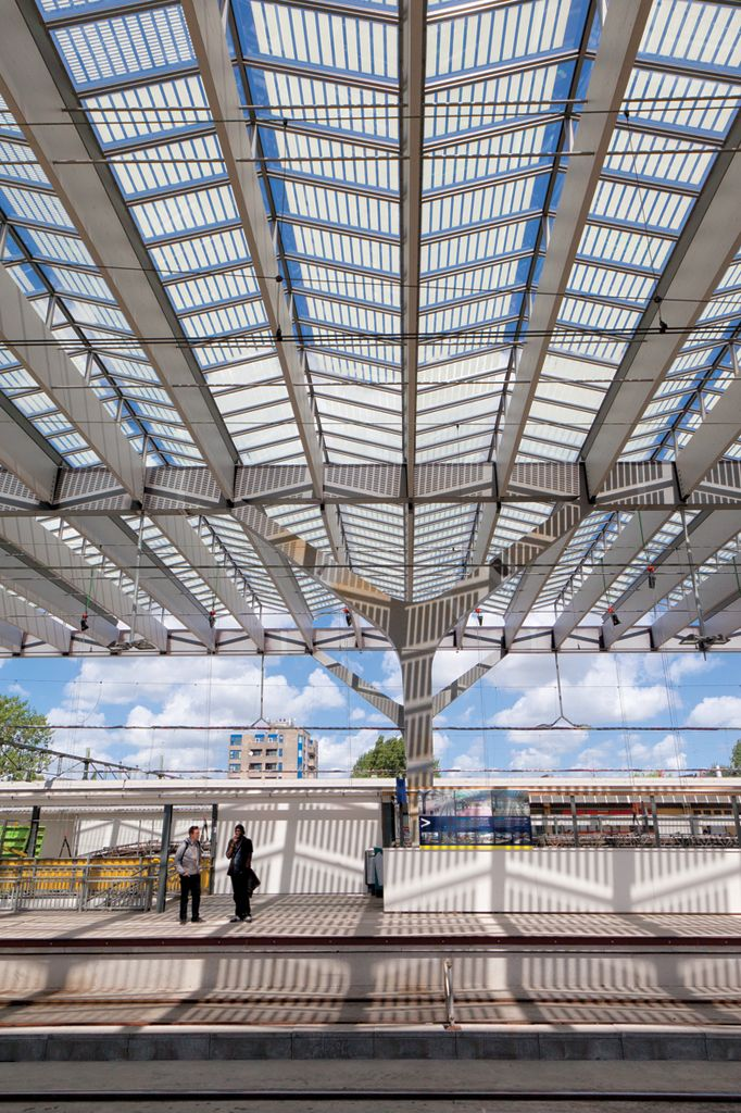 Rotterdam - Centraal Station. Met een enorme glasoverkapping