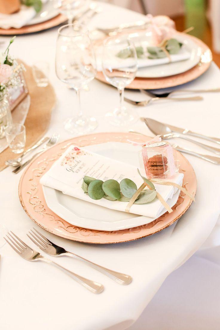 Tischdeko bei der Hochzeit mit Menükarte und Gastgeschenk  Foto: Marco Hüther
