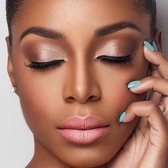 Maquiagem leve com contorno bem marcado para peles negras. Sombra com brilho e cores bem semelhantes à pele dão um efeito incrível e mantém a idéia de beleza natural.