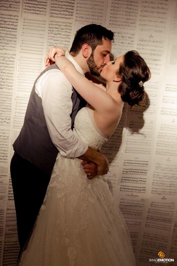 Decoração de casamento. Decoração com partituras musicais. Casamento de músicos