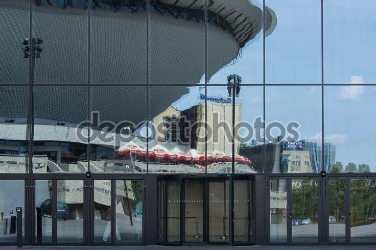 Odzwierciedlenie w szklanych ścianach centrum kongresowe w Katowicach — Obraz stockowy #118971686