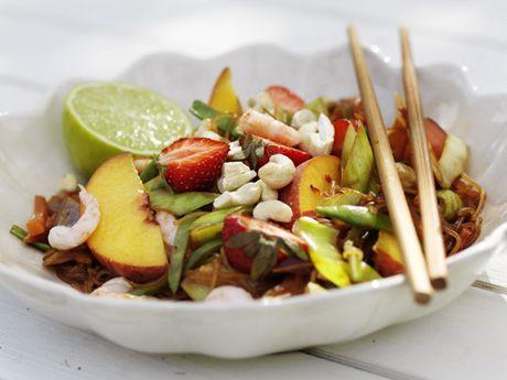 Wokade räkor med persikor och jordgubbar