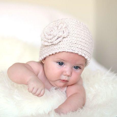 Diadema de punto crochet con flor Banda ancha para la cabeza de lana tejida en color beige con flor de crochet y boton en la parte posterior. Ideal para reportajes fotograficos a bebés y recién nacidos. 14,00 €