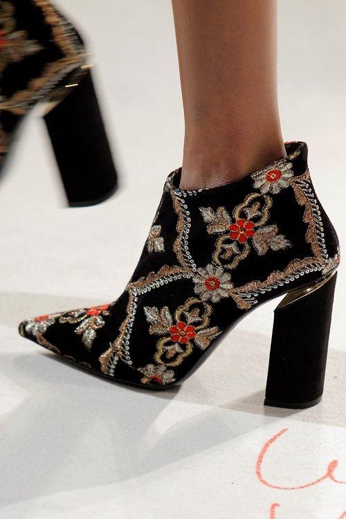 As botas, os botins e as suas diferentes versões dominaram a passerelle, entrereferências aosmovimentos punk dos anos 70 e inspiraçõesna estética religiosa.Detalhes como correntes, pedras e metais adornaram sapatos e carteiras de forma subtil e feminina.