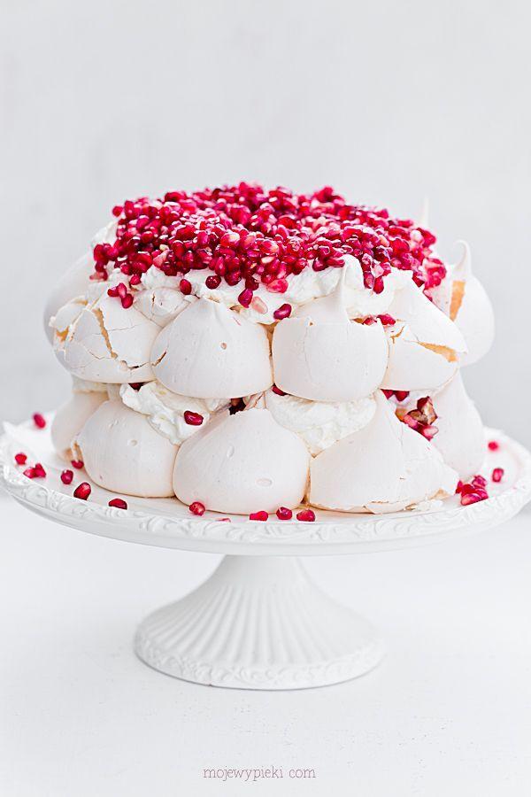 Tort bezowy Pavlova z granatami