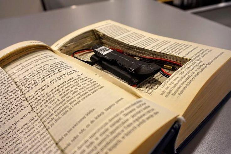 """Miniaturową kamerkę ukrytą w książce """"Gobi"""" Griffina przetestowała Redakcja Next Gazeta.pl. Jak wygląda taka szpiegowska minikamera? http://next.gazeta.pl/next/7,151243,20724593,kamera-w-ksiazce-podsluch-w-dlugopisie-polacy-inwigiluja-sie.html"""
