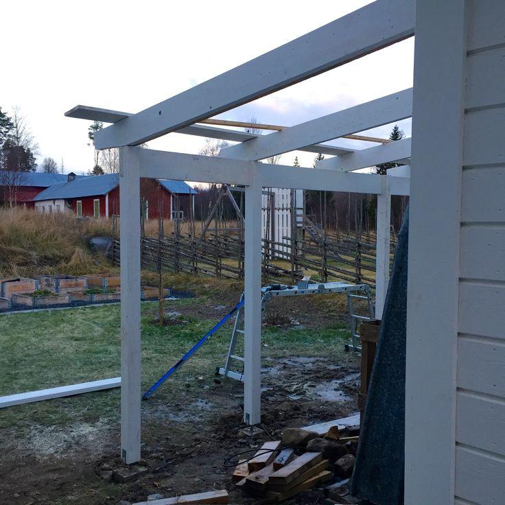 Vi högg ner en hel del björkar när vi förberedde tomten. Ved ska förvaras luftigt, men under tak, så i höstas började Kennet bygga på en vedbod. I veckan blev den helt klar. Förutom vedförvaring, r…