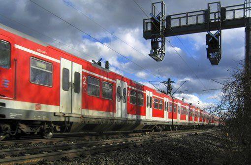 14. Februar: Junger Mann von S-Bahn erfasst - In Wernau will ein Mann noch die S-Bahn erwischen. Doch der 19-Jährige stürzt und wird von dem Zug erfasst. Für den jungen Mann kommt jede Hilfe zu spät. http://www.stuttgarter-zeitung.de/inhalt.blaulicht-aus-der-region-stuttgart-14-februar-junger-mann-von-s-bahn-erfasst.9496a555-993a-4245-acc0-78f15414bbd7.html