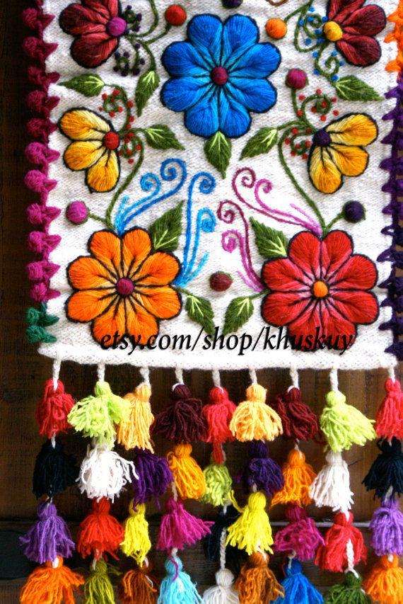 Nuevo en stock!  Corredor de lana de oveja mano bordada con flores elegantes y hojas, acabado con borlas multicolores. Magnífico en su mesa o como un